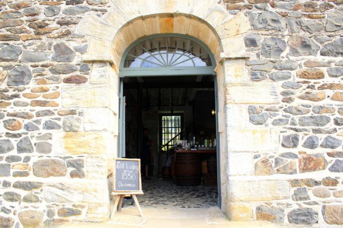 石造りのカフェの入り口