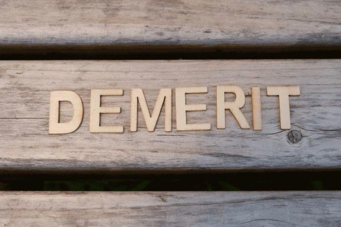 デメリットと書かれた木の板