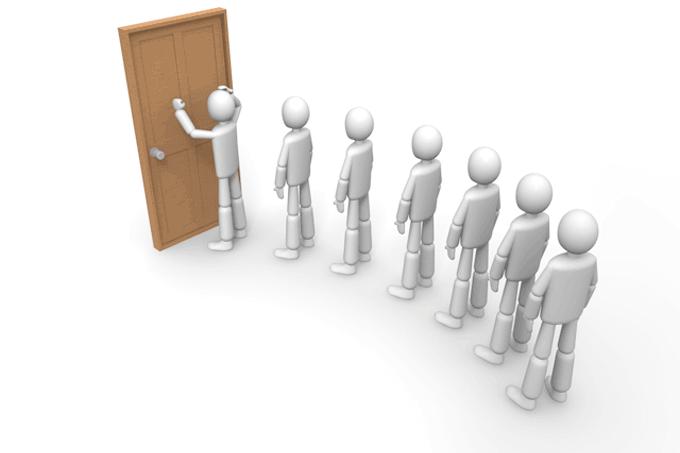 面接でドアの間に並ぶ人